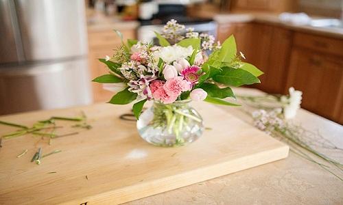 Disposizione dei fiori freschi con vaso