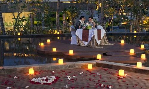 Un romantico lume di candela cenare con un falò