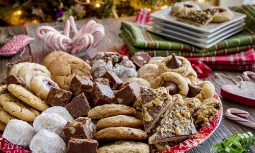 7. Natale gioia cioccolato immerso biscotti sul tavolo