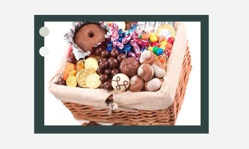 2. Attraente cesto di cioccolato e caramelle